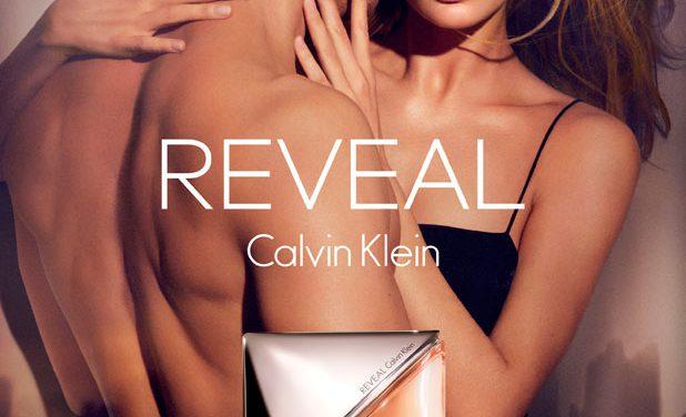 """Calvin Klein lanza su nueva fragancia femenina """"REVEAL"""" con Doutzen Kroes y Charlie Hunnam"""