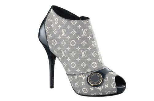 6190b45b2 Esta estilosa bota de media caña con puntera semiabierta, una creación en  lona Monogram Idylle con adornos de piel de becerro de charol, se completa  con un ...