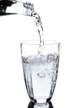 ¿El agua adelgaza? Mitos y realidades