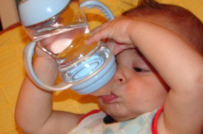 ¿Necesitan beber agua los bebés?