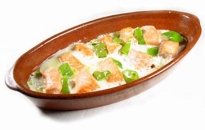 La receta del día: Cazuela de salmón y pimientos con huevo