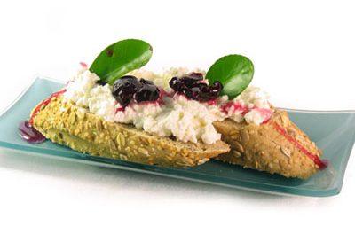 La receta del día: Cerezas confitadas con tostadas de pan de sésamo y queso fresco