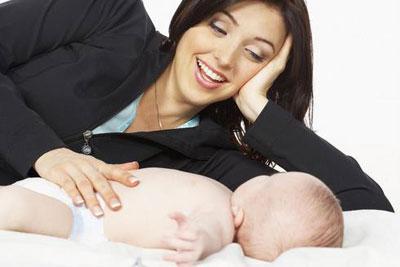 Como dar un masaje anticólico al bebé
