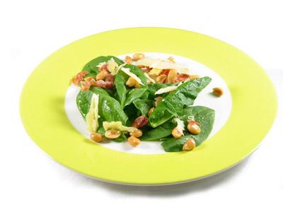 La receta del día: Ensalada de espinacas con queso parmesano, bacón y cacahuetes