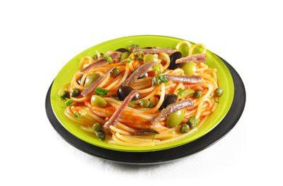 La receta del día: Espaguetis con tomate, alcaparras, aceitunas y anchoas