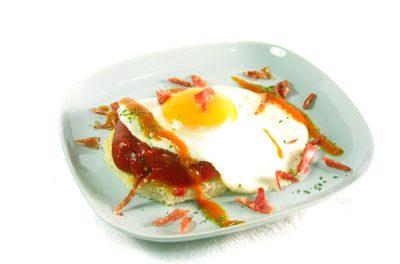 La receta del día: Huevo a la plancha con salsa de tomate, pimientos y paleta ibérica