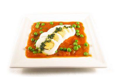 La receta del día: Huevos cocidos con salsa casera de tomate y guisantes