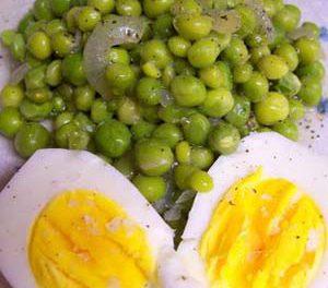 La receta del día: Huevos en salsa con guisantes