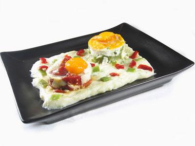 La receta del día: Huevos al horno sobre puré de patatas con judías verdes y pimientos asados