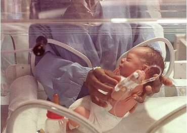 Bebé en la incubadora