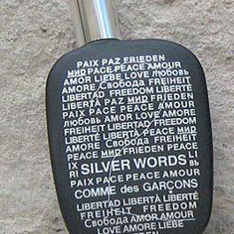 Mensaje de paz en el envase de un perfume