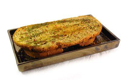 La receta del día: Pan tostado aromatizado con ajo, hierbas y aceite de oliva