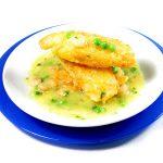 La receta del día: Patatas rebozadas en salsa verde con gambas y guisantes