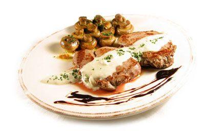 La receta del día: Solomillo de ternera con salsa roquefort y champiñones