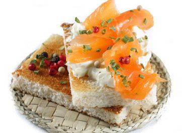 La receta del día: Receta de tostadas de pan con queso crema y salmón ahumado con cebollino y 5 bayas