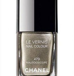 El nuevo esmalte de uñas de Chanel cambia de color según la luz que haya