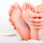 Cómo eliminar durezas y talones agrietados en los pies